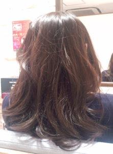 平塚の美容室Le'aのセミロングヘアの女性モデル